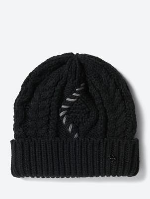 Grobgestrickte Mütze mit Zierstickerei