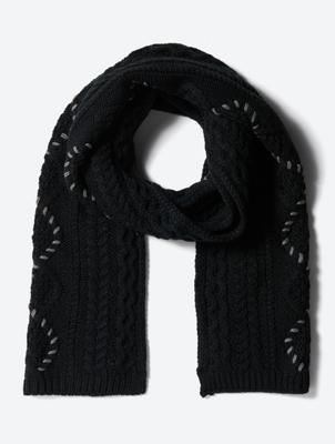 Grobgestrickter Schal mit farblich abgesetzten Ziernähten