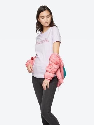 T-Shirt mit Bench-Schriftzug aus buntem Granulat vorne