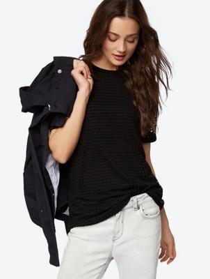 Doppellagiges T-Shirt mit Lochmuster