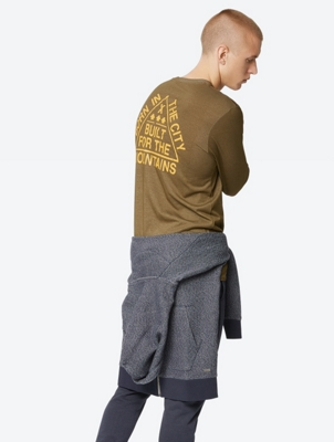 Sporty Long-Sleeve with Print on the Back