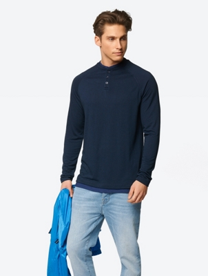 Unifarbenes Longsleeve im Layer-Look